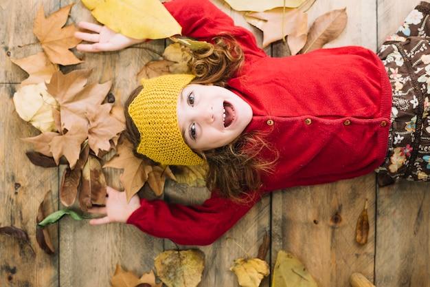 Осенняя концепция с счастливым ребенком