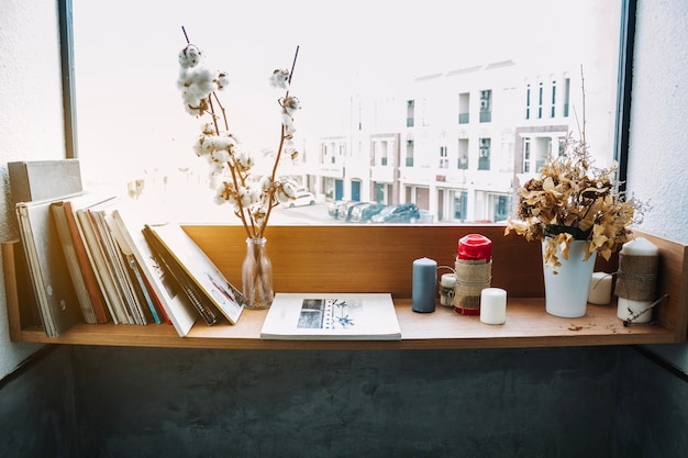 スケッチブックと装飾を施した棚