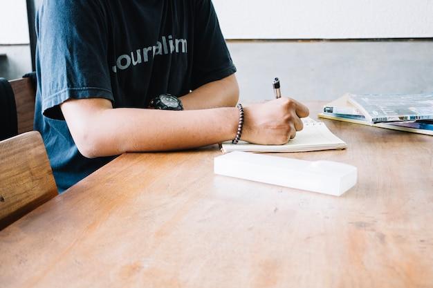 手作りの男は手帳に書く