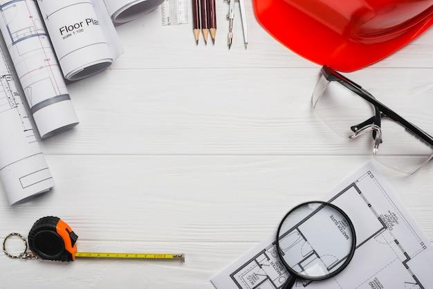 Деревянный стол с принадлежностями для архитекторов