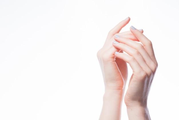 互いに触れる手