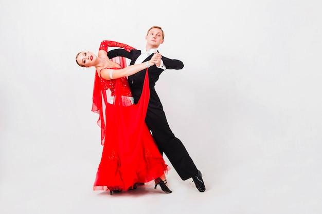 ボールルームのダンスを行うカップル