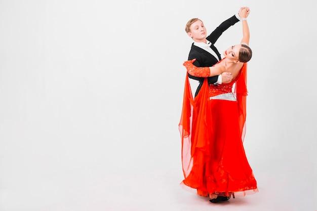 官能的なボールルームのダンスを演じるカップル