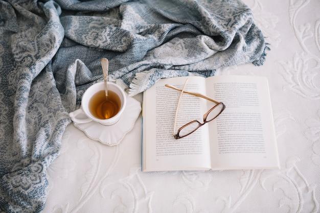 暖かいお茶とベッドでの本