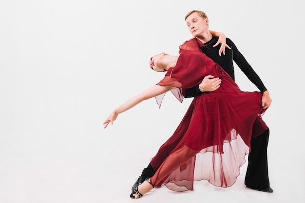 Человек танцует чувственный танец с женщиной