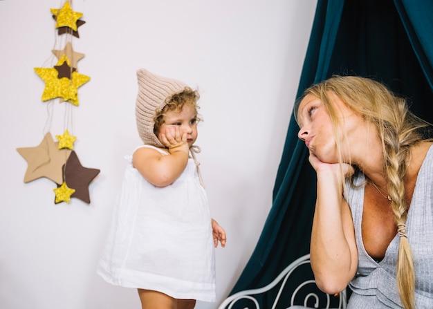 Мать дублирует движения девушки