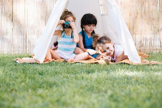 Девушки, играющие в палатке