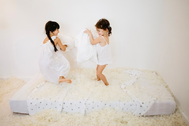 Девочки с подушками сражаются