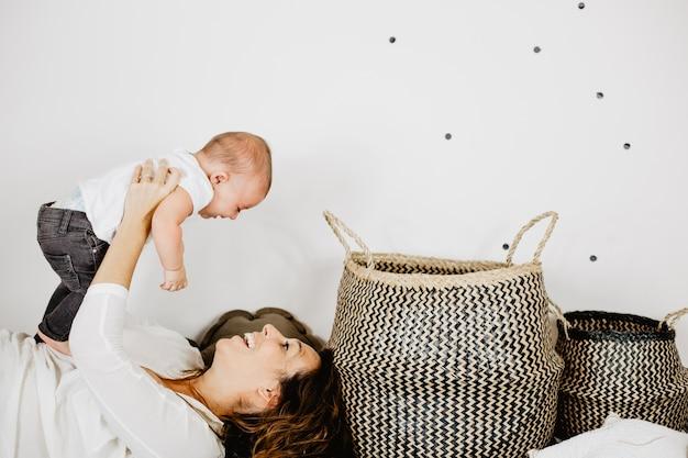 赤ちゃんと遊ぶ母親