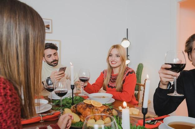 人とクリスマスディナーのコンセプト