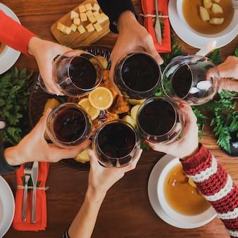 ワイングラスのトップビューのクリスマスディナー