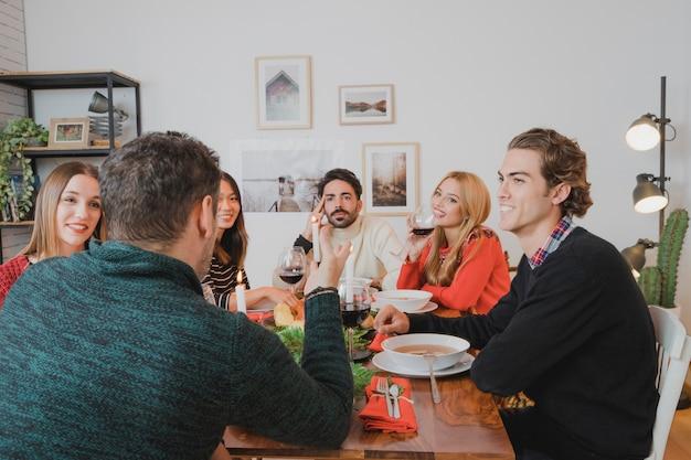 若い友達とのクリスマスディナー