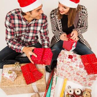 ボーイフレンドとガールフレンドとの贈り物の概念