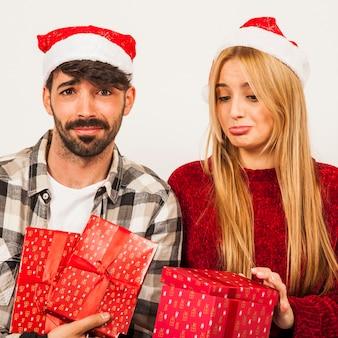 失望したカップルとの贈り物の概念