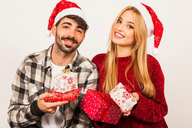 幸せなカップルと贈り物の概念