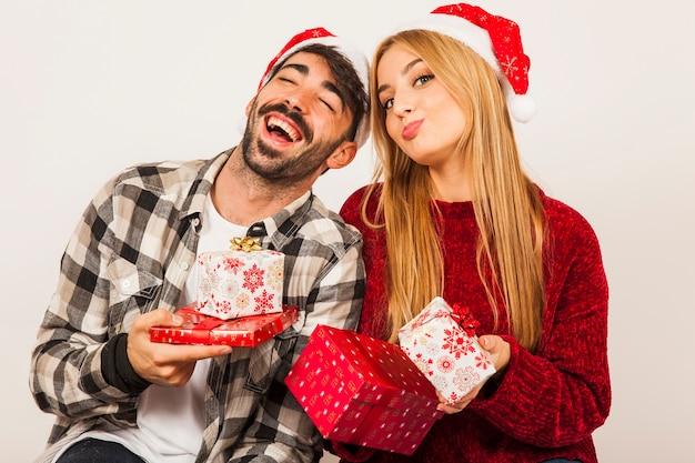 笑っているカップルと贈り物の概念