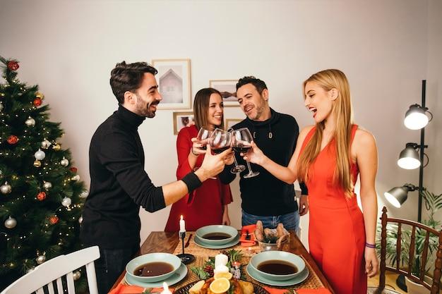 Группа из четырех друзей, обедающих на рождество