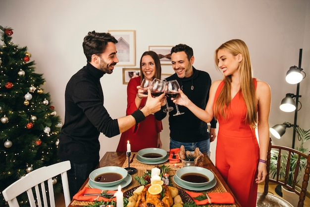 Четыре друзей, обедающих на рождество