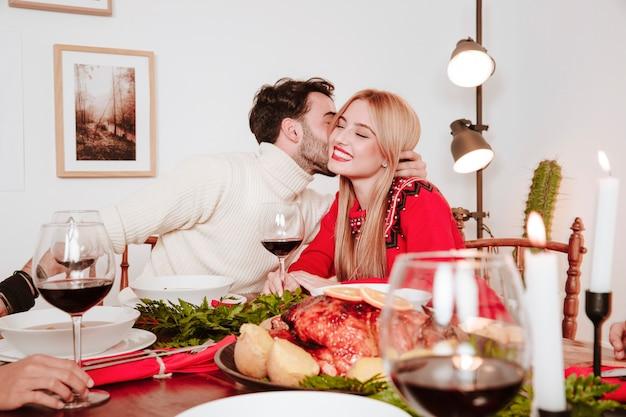 Счастливая пара на рождественский ужин