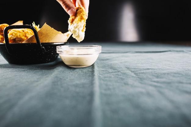 揚げたチキンをソースに漬け込む手作り