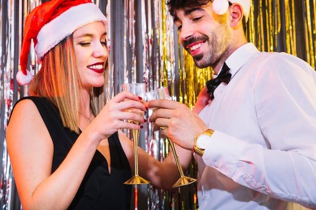 Пара с шампанским на праздновании нового года