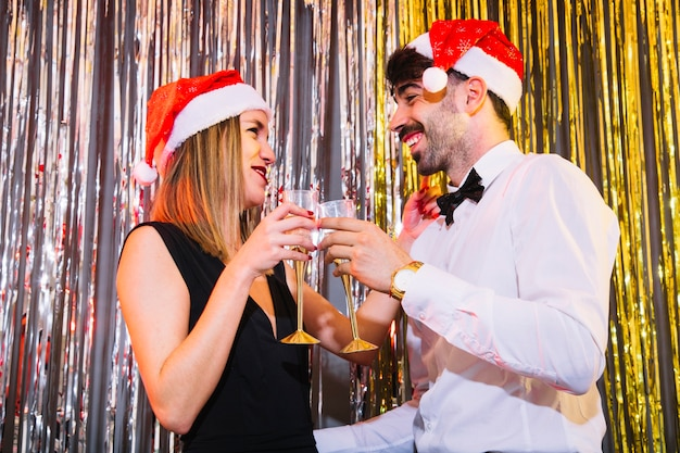 Пара с бокалами шампанского на праздновании нового года