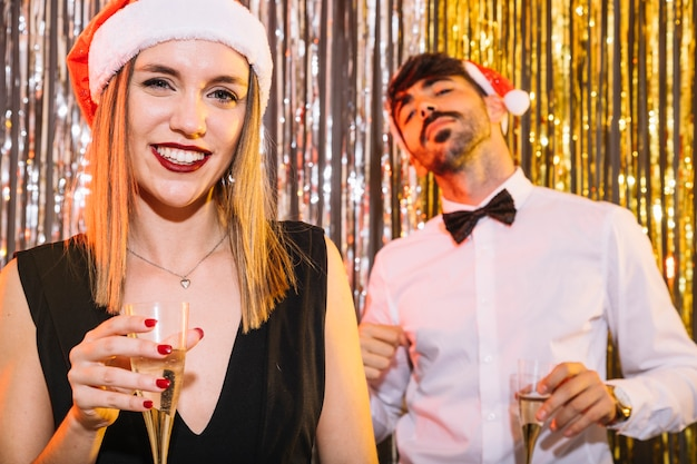 Пара с шампанским празднует новый год