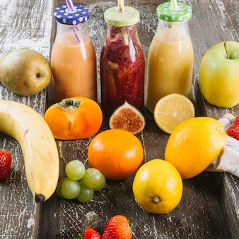 Здоровые фрукты вокруг смузи