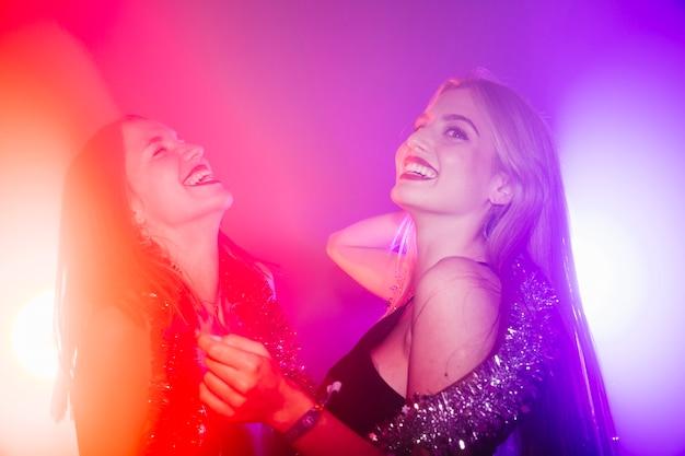 Танцующие друзья в ночном клубе