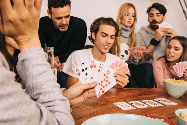 Игра хорошие друзья играли в карты