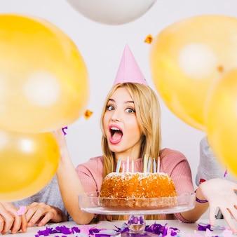 День рождения девушка и друзья за воздушными шарами