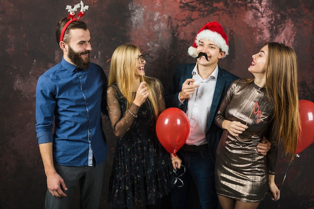 Концепция нового года с четырьмя друзьями