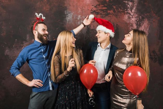 Концепция нового года с четырьмя счастливыми друзьями