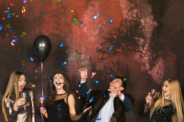 Концепция новогодней вечеринки и дружбы с четырьмя друзьями