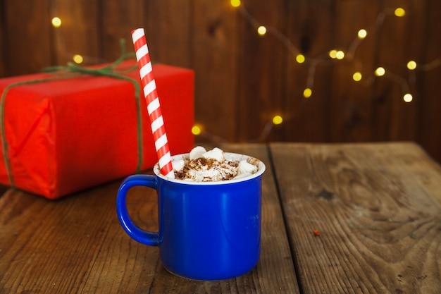 Рождественская композиция с кофе и подарочной коробкой