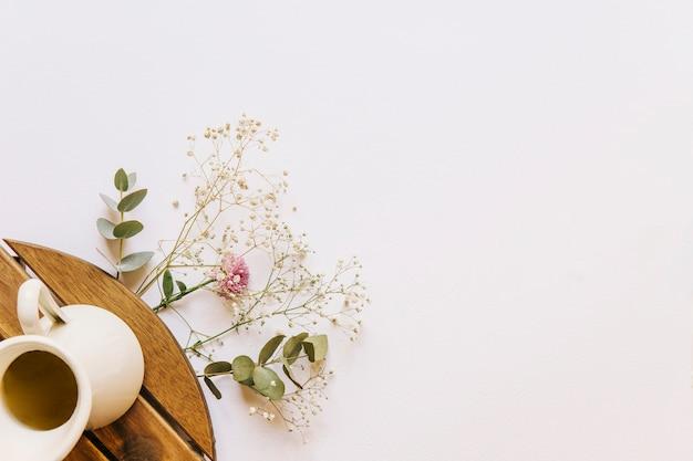 コーヒーと花のコンポジション
