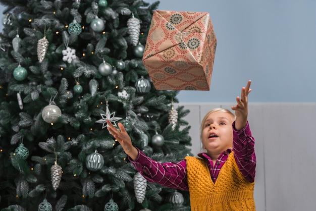 子供がクリスマスのお祝いは、ギフトボックスを投げる