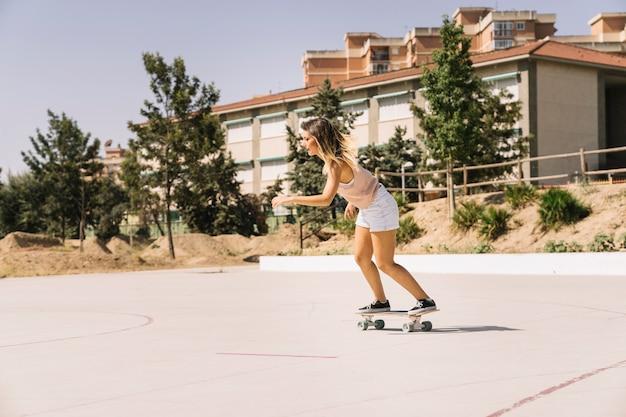 女、スケートボード