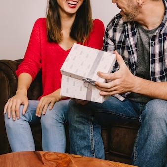 笑顔のカップルと贈り物の概念