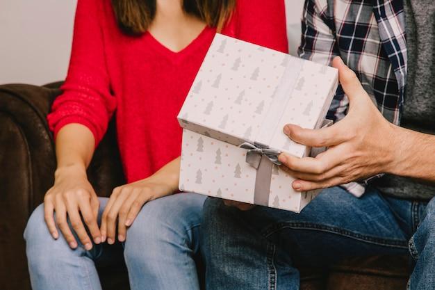 男性と女性との贈り物の概念