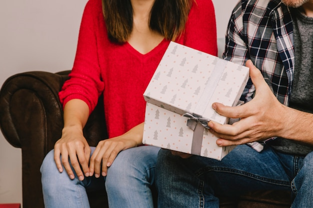 カップルの眺めを持つ贈り物の概念