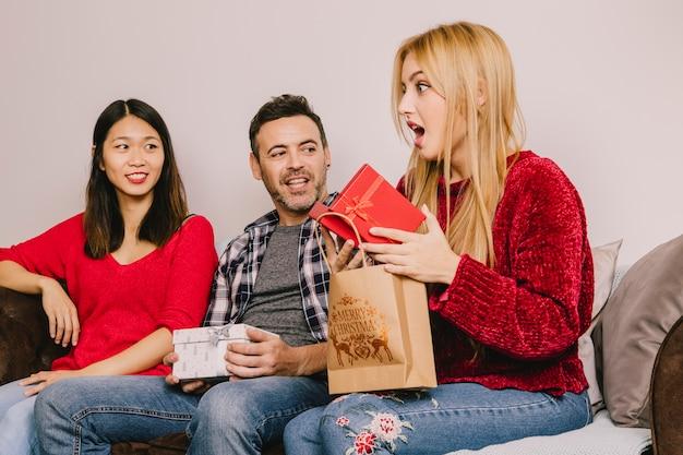 Концепция подарка с удивленной женщиной