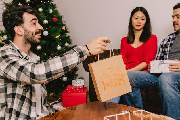 ショッピングバッグを持っている男と贈り物の概念