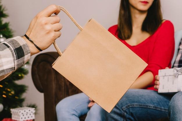 ショッピングバッグでの贈り物のコンセプト