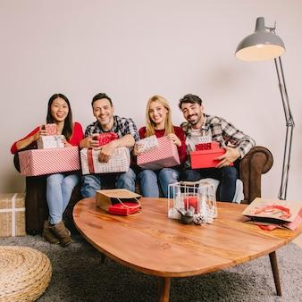 互いに贈り物をしているソファーのグループ