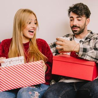 若いカップルと贈り物の概念