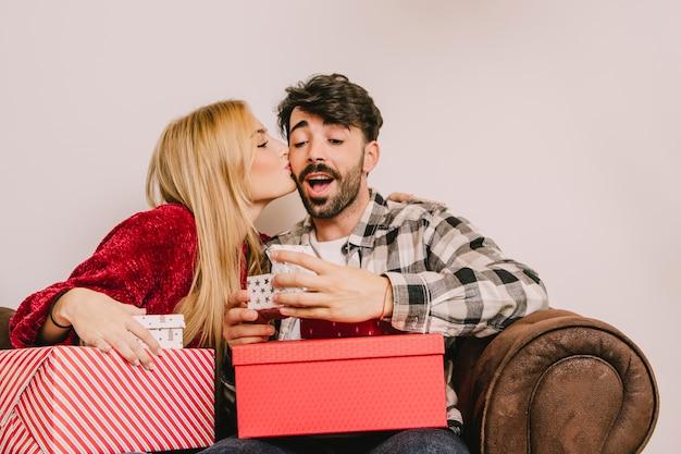 ボーイフレンドにキスする女の子と贈り物の概念