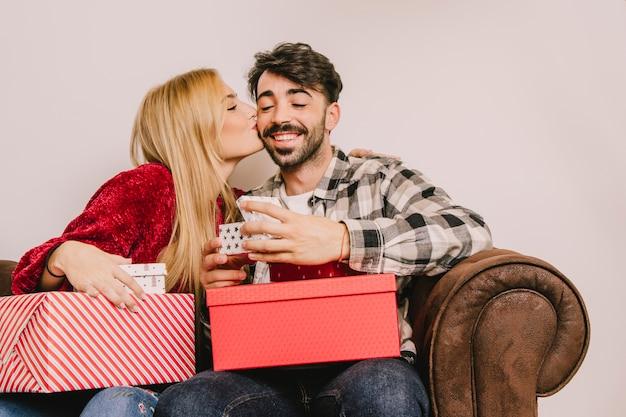 ボーイフレンドとキスをするガールフレンドとの贈り物の概念