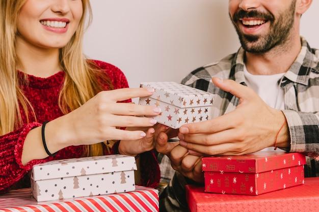 カップルと小さなプレゼントボックスを持つ贈り物のコンセプト