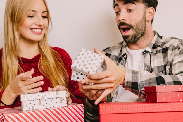 驚くべき男と贈り物の概念